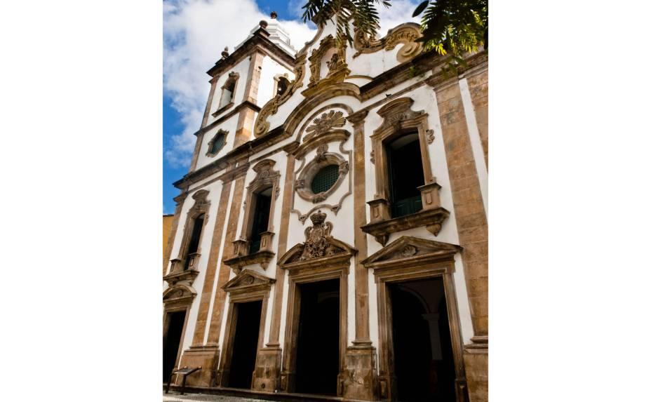 """<a href=""""http://viajeaqui.abril.com.br/estabelecimentos/br-pe-recife-atracao-igreja-n-s-do-rosario-dos-homens-pretos"""" rel=""""Igreja Nossa Senhora do Rosário dos Homens Pretos:""""><strong>Igreja Nossa Senhora do Rosário dos Homens Pretos:</strong></a>erguida por escravos, tem altares barrocos e imagens do século 18 – Rua Estreita do Rosário (Santo Antônio), de segunda a sexta-feira das 08h às 17h"""