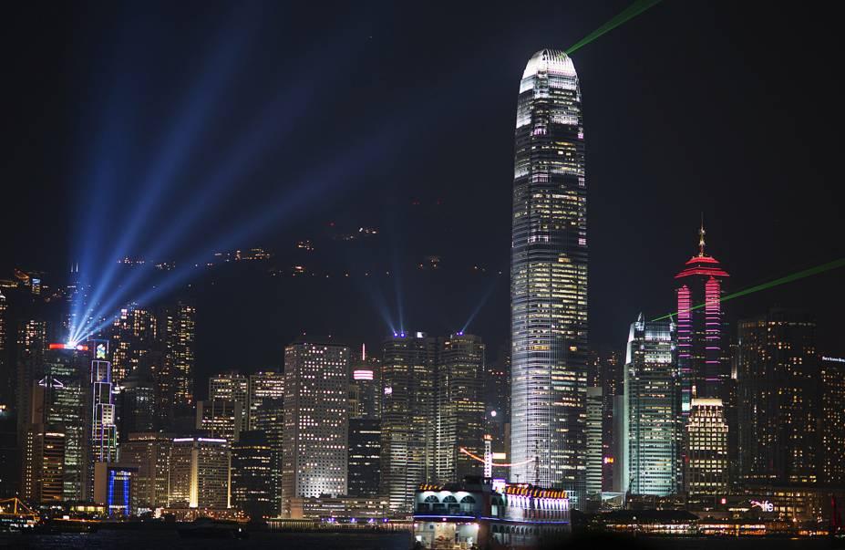 """<strong>1º Lugar: <a href=""""http://viajeaqui.abril.com.br/cidades/china-hong-kong"""" rel=""""Hong Kong"""" target=""""_blank"""">Hong Kong, China</a></strong>O horizonte de Hong Kong é composto por quase 8 mil prédios<em><a href=""""http://www.booking.com/city/hk/hong-kong.pt-br.html?aid=332455&label=viagemabril-skylines"""" rel=""""Veja hotéis em Hong Kong no booking.com"""" target=""""_blank"""">Veja hotéis em Hong Kong no booking.com</a></em>"""