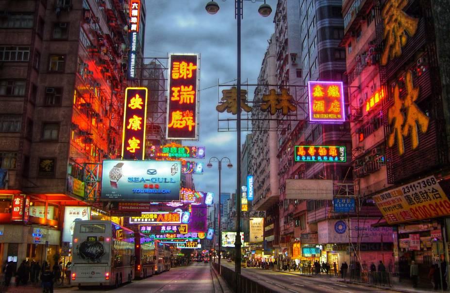 """<strong>COM <a href=""""http://viajeaqui.abril.com.br/cidades/china-hong-kong"""" rel=""""HONG KONG"""" target=""""_blank"""">HONG KONG</a>, 11 NOITES</strong>        Neste tour, são nove noites entre <a href=""""http://viajeaqui.abril.com.br/cidades/china-pequim-beijing"""" rel=""""Pequim"""" target=""""_blank"""">Pequim</a>, <a href=""""http://viajeaqui.abril.com.br/cidades/china-xian"""" rel=""""Xian"""" target=""""_blank"""">Xian</a>, <a href=""""http://viajeaqui.abril.com.br/cidades/china-xangai-shanghai"""" rel=""""Xangai"""" target=""""_blank"""">Xangai</a>, <a href=""""http://viajeaqui.abril.com.br/cidades/china-guilin"""" rel=""""Guilin"""" target=""""_blank"""">Guilin</a> e Gangzhou, mais duas na frenética Hong Kong (foto), região administrativa independente da <a href=""""http://viajeaqui.abril.com.br/paises/china"""" rel=""""China"""" target=""""_blank"""">China</a> onde Ocidente e Oriente se fundem. O pacote reserva hotéis confortáveis, passeios diários e os voos domésticos.        <strong>QUANDO:</strong> Até 20 de maio        <strong>QUEM LEVA:</strong> A <a href=""""http://fuiviagens.com.br/"""" rel=""""Fui"""" target=""""_blank"""">Fui</a>        <strong>QUANTO:</strong> US$ 3 234 (s/ aéreo do BR)"""