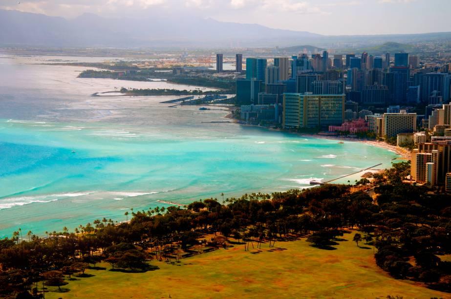 <strong>No meio do oceano Pacífico tinham seis ilhas gigantes e uma centena de ilhotas</strong><br />O arquipélago localizado no Oceano Pacífico, uma das formações geológicas mais recentes do planeta, possui cerca de 130 ilhas. Somente oito delas são habitadas: Oahu, onde fica a capital Honolulu (foto), Hawaii Island, Maui, Lanai, Molokai e Kauai, que são as maiores, além de Kahoolawe e Niihau. O trânsito entre elas geralmente se faz de avião e balsas