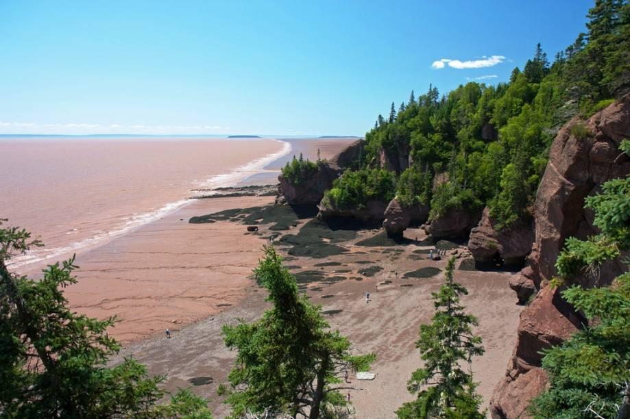 """<strong>Hopewell Rocks, Bay of Fundy, Canadá</strong> Quem já foi a <a href=""""http://viajeaqui.abril.com.br/cidades/br-ma-sao-luis"""">São Luis do Maranhão</a> sabe bem o que é uma maré que sobe e desce bastante. Enquanto lá a diferença entre baixa e alta pode chegar a respeitáveis seis metros, na Baía de Fundy, nordeste do <a href=""""http://viajeaqui.abril.com.br/paises/canada"""">Canadá</a>, o sobe e desce pode chegar a incríveis 17 metros, a maior do mundo. Ou seja, se é para ver a paisagem, que seja em um lugar bem seguro.<a href=""""https://www.booking.com/searchresults.pt-br.html?aid=332455&lang=pt-br&sid=eedbe6de09e709d664615ac6f1b39a5d&sb=1&src=index&src_elem=sb&error_url=https%3A%2F%2Fwww.booking.com%2Findex.pt-br.html%3Faid%3D332455%3Bsid%3Deedbe6de09e709d664615ac6f1b39a5d%3Bsb_price_type%3Dtotal%26%3B&ss=Canad%C3%A1&ssne=Ilhabela&ssne_untouched=Ilhabela&checkin_monthday=&checkin_month=&checkin_year=&checkout_monthday=&checkout_month=&checkout_year=&no_rooms=1&group_adults=2&group_children=0&from_sf=1&ss_raw=+Canad%C3%A1+&ac_position=0&ac_langcode=xb&dest_id=38&dest_type=country&search_pageview_id=1ac371d862ea0961&search_selected=true&search_pageview_id=1ac371d862ea0961&ac_suggestion_list_length=5&ac_suggestion_theme_list_length=0"""" target=""""_blank"""" rel=""""noopener""""><em>Busque hospedagens no Canadá no Booking.com</em></a>"""