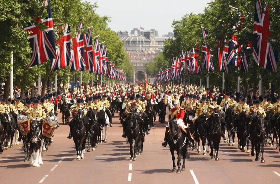 A <strong>Horse Guards Parade</strong>, no pátio da Cavalaria Real, é o lugar onde será montada a arena de vôlei de praia durante as Olimpíadas. Vire à direita para ver a <strong>Trafalgar Square</strong>, a praça mais conhecida de Londres
