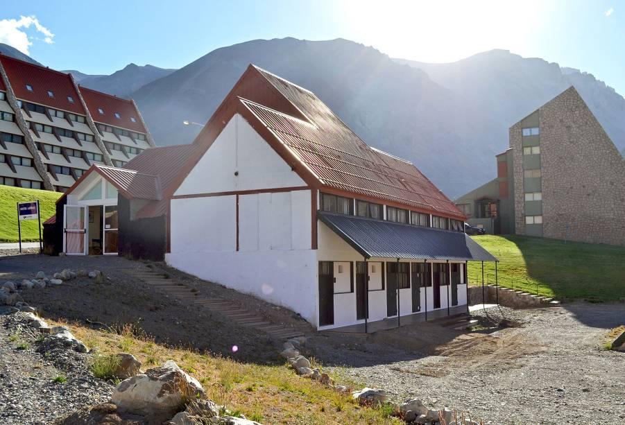 Desde 2014, o Las Leñas oferece um hostel entre as opções de hospedagem. Bem mais barato do que os outros hotéis do resort, o hostel abriga turmas de jovens dispostas a passar o dia esquiando e a noite na balada