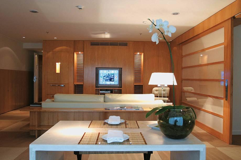 """Dentre os endereços luxuosos da Oscar Freire, está o do <a href=""""http://viajeaqui.abril.com.br/estabelecimentos/br-sp-sao-paulo-hospedagem-emiliano"""" rel=""""hotel Emiliano"""" target=""""_blank"""">hotel Emiliano</a>, na altura do número 400; o <a href=""""http://viajeaqui.abril.com.br/estabelecimentos/br-sp-sao-paulo-restaurante-emiliano-hotel-001"""" rel=""""restaurante do hotel"""" target=""""_blank"""">restaurante do hotel</a> também é muito bem cotado"""