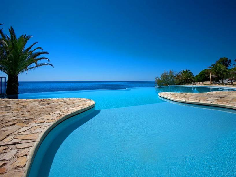 """As piscinas limpíssimas são de água salgada tratada - e parecem se misturar às belas praias dessa região ensolarada. Casais e famílias com crianças marcam forte presença por aqui <em><a href=""""http://www.booking.com/hotel/it/costa-dei-fiori.pt-br.html?aid=332455&label=viagemabril-as-piscinas-mais-incriveis-do-mundo"""" target=""""_blank"""">Veja os preços do Hotel Costa Dei Fiori no Booking.com</a></em>"""