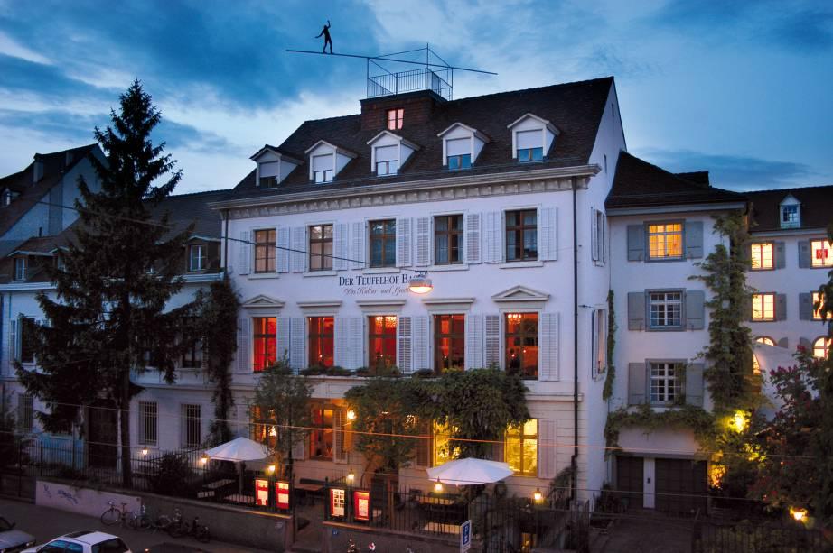 4. A marca do hotel Der Teufelhof está no telhado - a escultura de um equilibrista. O hotel funciona como galeria e abriga um pequeno teatro. Um de seus dois restaurantes foi estrelado pelo Michelin. (Leonhardsgraben 49)