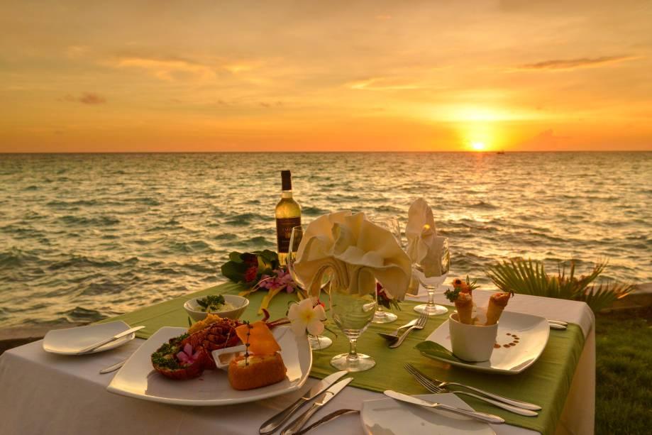 """<strong>2. Avatoru, <a href=""""http://viajeaqui.abril.com.br/paises/polinesia-francesa"""" rel=""""Polinésia Francesa"""">Polinésia Francesa</a></strong>            Quem escolher o lugar como destino, pode ficar no deslumbrante <a href=""""http://www.booking.com/hotel/pf/hoshino-resort-kiaora-rangiroa.pt-br.html?aid=332455&label=viagemabril-destinosmergulho"""" rel=""""Hotel Kia Ora Resort & Spa"""" target=""""_blank"""">Hotel Kia Ora Resort & Spa</a>. Rodeado por uma praia de areia branca e uma lagoa de água azul-turquesa, o hotel é estilizado com um toque taitiano e conta com dez bangalôs posicionados sobre a água, além de ter também villas com piscinas privativas. Os hópedes podem desfrutar durante a acomodação de algumas das muitas excursões, que incuem nos pacotes mergulho com cilindro de oxigênio, mergulho com snorkel, passeios até a Lagoa Azul e visita às praias de areia rosa            <a href=""""http://www.booking.com/city/pf/avatoru.pt-br.html?aid=332455&label=viagemabril-destinosmergulho"""" rel=""""Reserve seu hotel em Avatoru através do Booking.com"""" target=""""_blank""""><em>Reserve seu hotel em Avatoru através do Booking.com</em></a>"""
