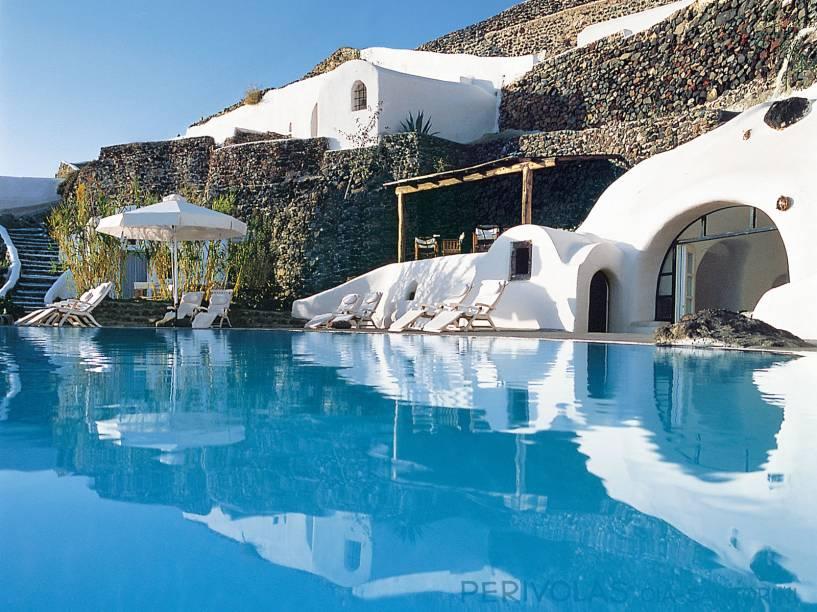 """Santorini está entre os destinos favoritos de casais apaixonados. O Perivolas é um dos mais procurados da região e mantém a identidade local, com o branco que marca as construções locais ao redor da belíssima piscina <em><a href=""""http://www.booking.com/hotel/gr/peribolas.pt-br.html?aid=332455&label=viagemabril-as-piscinas-mais-incriveis-do-mundo"""" target=""""_blank"""">Veja os preços do Hotel Perivolas no Booking.com</a></em>"""