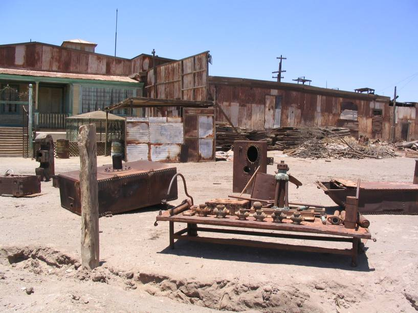 """<strong>Humberstone, Deserto do <a href=""""http://viajeaqui.abril.com.br/cidades/chile-san-pedro-de-atacama"""" rel=""""Atacama"""" target=""""_blank"""">Atacama</a>, <a href=""""http://viajeaqui.abril.com.br/paises/chile"""" rel=""""Chile"""" target=""""_blank"""">Chile</a></strong>    O Deserto do Atacama é, por si só, um destino que atrai a atenção de turistas do mundo inteiro graças às suas paisagens naturais e à curiosidade dos mesmos em relação ao clima, marcado como o mais árido e seco do mundo. A região também ficou conhecida pela antiga fábrica de Humberstone, erguida em 1880 e considerada uma das maiores impulsionadoras da indústria de exploração mineral do país. Mais de sessenta anos depois, quando a cidade passou a ser abandonada por seus moradores e pelos trabalhadores das salitreiras, a região ficou preservada e funciona como um verdadeiro museu a céu aberto, com casas, objetos e até brinquedos preservados e expostos aos olhos do visitante. Em 2005, a fábrica foi tombada como Patrimônio Mundial da Unesco"""