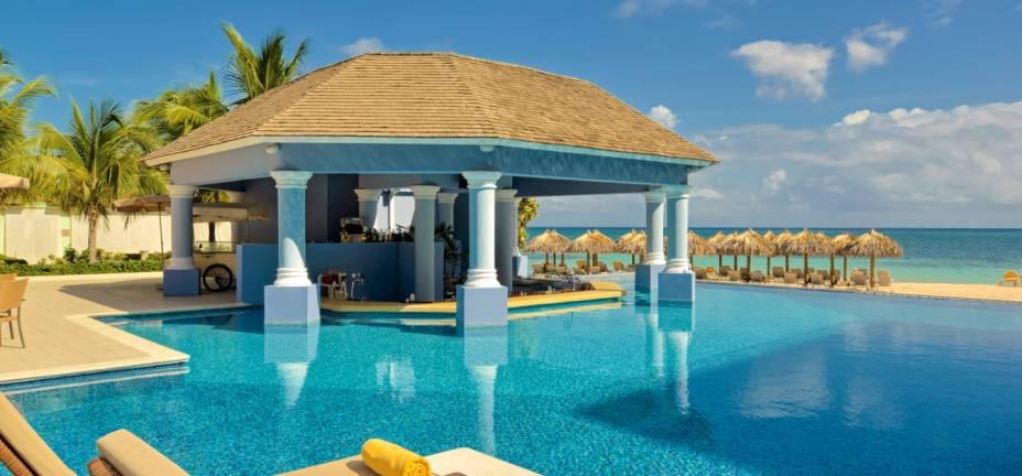 """<strong><a href=""""http://www.iberostar.com/pt/hoteis/montego-bay/iberostar-grand-hotel-rose-hall"""" rel=""""Iberostar Grand Hotel Rose Hall"""" target=""""_blank"""">Iberostar Grand Hotel Rose Hall</a> - <a href=""""http://viajeaqui.abril.com.br/paises/jamaica"""" rel=""""Jamaica"""" target=""""_blank"""">Jamaica</a></strong>                        Este resort na incrível Baía Montego na Jamaica é exclusivo para adultos. Entre as diversas facilidades, ele oferece esportes aquáticos, serviços de mordomo, porteiro e atendimento no quarto 24h inclusos na diária. Todas as refeições (que estão incluídas) servem cozinha internacional e jamaicana. Há oferta infinita de drinks dia e noite, no quarto, na piscina e na praia. Aliás, a praia em frente ao resort é particular e o bar atende a todos os pedidos sem que você precise tirar os pés da areia"""