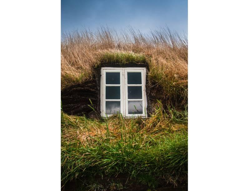 """<strong>Glaumbaer, <a href=""""http://viajeaqui.abril.com.br/paises/islandia"""" rel=""""Islândia"""" target=""""_blank"""">Islândia</a></strong>                No frio arrasador da Islândia, o importante é ficar quentinho! E a solução mais em conta encontrada foi a de preencher o entorno das casas com turfa, oferecendo uma excepcional isolação térmica"""