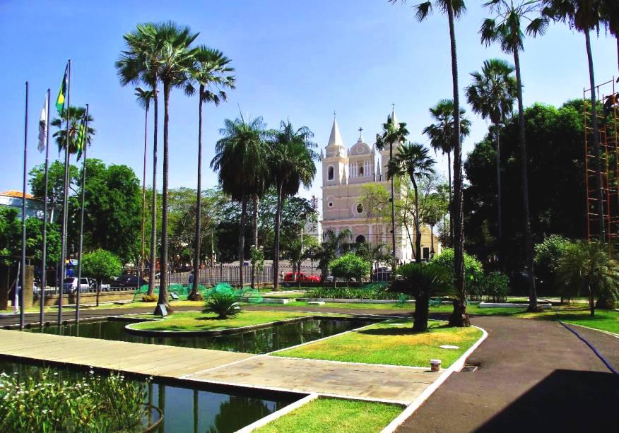 """Entre as boas atrações de <strong><a href=""""http://viajeaqui.abril.com.br/cidades/br-pi-teresina"""" rel=""""Teresina"""" target=""""_self"""">Teresina</a></strong>, cercada por praças arborizadas, está o Palácio Karnak, de bela fachada e arquitetura clássica. De seus jardins, é possível avistar a <strong>Igreja de São Benedito,</strong>um dos templos católicos mais importantes da cidade"""