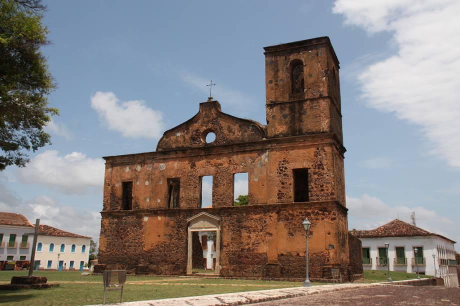 """<strong><a href=""""http://viajeaqui.abril.com.br/cidades/br-ma-alcantara"""" target=""""_self"""">Alcântara</a>, <a href=""""http://viajeaqui.abril.com.br/estados/br-maranhao"""" target=""""_self"""">Maranhão</a></strong> O apelido de """"cidade que parou no tempo"""" faz jus à sua identidade. Aqui, muitas de suas construções do período colonial se encontram em ruínas, como a <strong>Igreja de São Matias</strong>. Por volta do século XVIII, a região viveu seus tempos de glória graças à plantação e ao comércio de cana-de-açúcar e algodão. Até hoje, construções desse período se encontram bem preservadas, revelando a riqueza de barões que aqui viveram <em><a href=""""http://www.booking.com/city/br/alcantara.pt-br.html?aid=332455&label=viagemabril-cidades-historicas-do-brasil"""" target=""""_blank"""">Veja preços de hotéis em Alcântara no Booking.com</a></em>"""