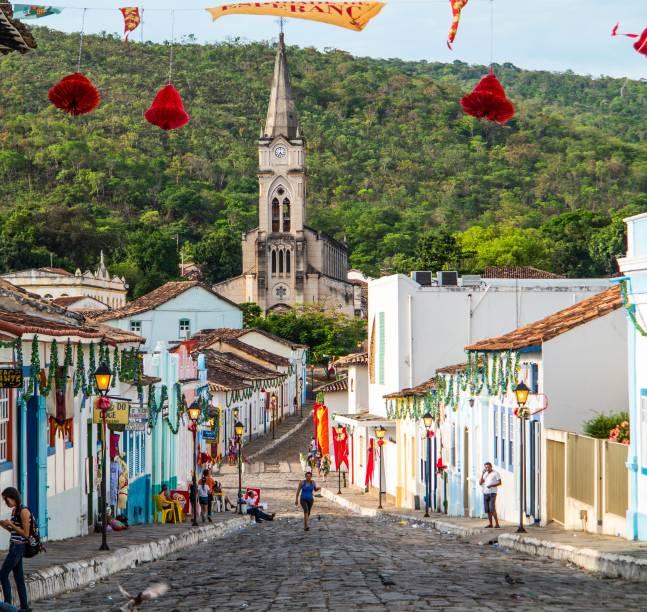 """<strong>Centro Histórico da Cidade de Goiás, Goiás</strong> Construída no século 18 de maneira a respeitar a geografia local, Goiás Velho (como é chamada pelos mais íntimos - mas quem é íntimo mesmo chama a cidade de <em>Goiás Belo</em>) é um emaranhado gostoso de casinhas e igrejinhas em meio a ruas sinuosas, e quase nenhuma delas é plana. Rodeada pela Serra Dourada e cortada ao meio pelo Rio Vermelho, essa antiga capital do estado tornou-se Patrimônio da Unesco em 2001. A capacidade dos fundadores em erguer uma cidade em meio a montanhas, inspirados na arquitetura europeia, mas usando recursos locais, foi um dos motivos para a cidade ser tombada. Com a estagnação econômica que chegou com o fim do ouro e da escravidão, além da transferência da capital para Goiânia, a cidade ficou um tanto esquecida. O """"progresso"""" não chegou ali, e isso, no fim das contas, fez um bem danado para a antiga Vila Bôa de Goyaz.<a href=""""https://www.booking.com/searchresults.pt-br.html?aid=332455&sid=605c56653290b80351df808102ac423d&sb=1&src=index&src_elem=sb&error_url=https%3A%2F%2Fwww.booking.com%2Findex.pt-br.html%3Faid%3D332455%3Bsid%3D605c56653290b80351df808102ac423d%3Bsb_price_type%3Dtotal%26%3B&ss=Goi%C3%A1s%2C+Goi%C3%A1s%2C+Brasil&checkin_monthday=&checkin_month=&checkin_year=&checkout_monthday=&checkout_month=&checkout_year=&no_rooms=1&group_adults=2&group_children=0&b_h4u_keep_filters=&from_sf=1&ss_raw=Goi%C3%A1s&ac_position=0&ac_langcode=xb&dest_id=-644906&dest_type=city&place_id_lat=-15.94089&place_id_lon=-50.14654&search_pageview_id=d5b2821d9e370083&search_selected=true&search_pageview_id=d5b2821d9e370083&ac_suggestion_list_length=5&ac_suggestion_theme_list_length=0"""" target=""""_blank"""" rel=""""noopener""""><em>Busque hospedagens na cidade de Goiás</em></a>"""