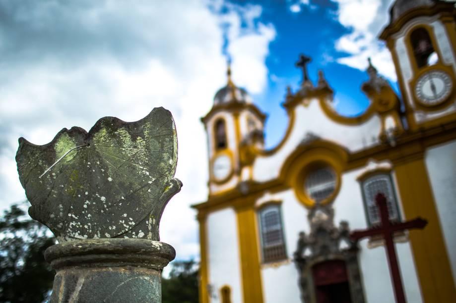 Um dos mais ricos exemplares do barroco brasileiro, a <strong>Matriz de Santo Antônio</strong> foi construída com a frente voltada para a Serra de São José; na foto, a fachada da igreja, com o relógio solar à frente