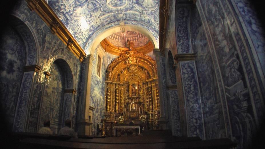 Saindo de <strong>Faro</strong>, vale a pena pegar o carro e dirigir 10km até a <strong>Igreja de São Lourenço</strong>, que é completamente revestida de azulejos, do chão ao teto. É impressionante!