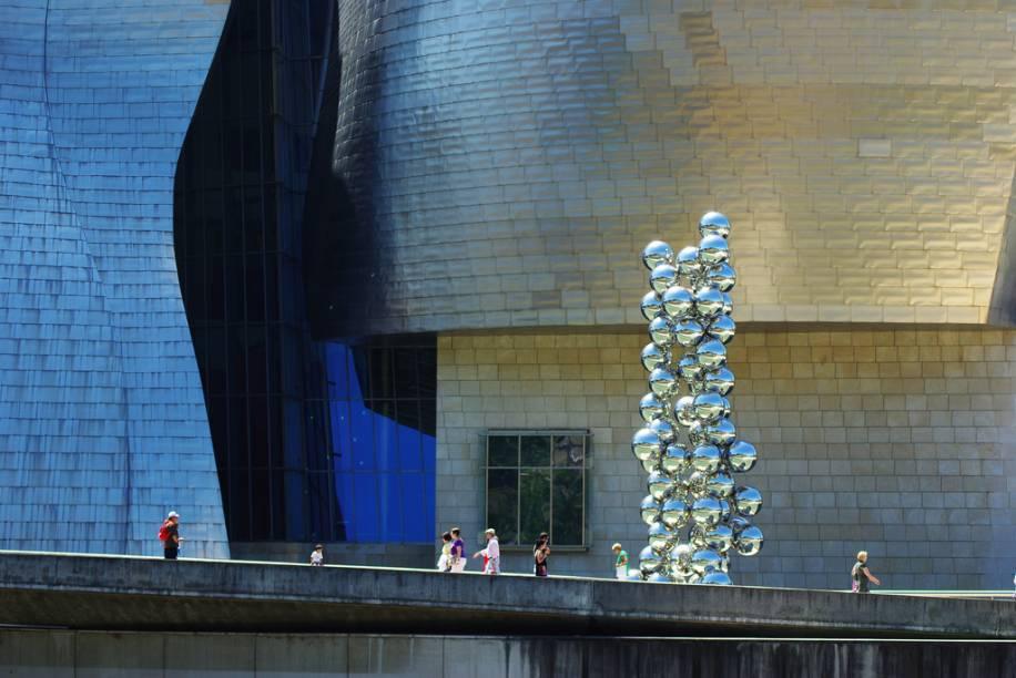 """<strong>Guggenheim</strong><strong>Onde: </strong><a href=""""http://viajeaqui.abril.com.br/cidades/espanha-bilbao"""" rel=""""Bilbao"""" target=""""_blank"""">Bilbao</a>, País Basco, Espanha<strong>Por que ir?</strong> Talvez haja algo de errado quando a parte exterior de um museu chama mais atenção do que o que há dentro dele. No caso do <a href=""""http://viajeaqui.abril.com.br/estabelecimentos/espanha-bilbao-atracao-museo-guggenheim"""" rel=""""Guggenheim de Bilbao"""" target=""""_blank"""">Guggenheim de Bilbao</a>, ninguém reclama disso. Quando você se fartar de tirar fotos das complexas estruturas de Frank Gehry, talvez arranje tempo para conhecer o bem azeitado acervo que conta com obras dos badalados Richard Serra, Willem de Kooning e Mark Rothko.<strong>Destaques:</strong> <em>The Matter of Time</em>, de Serra, e o próprio edifício com placas de titânio"""