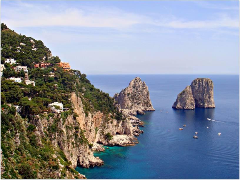 """Na costa próxima a <a href=""""http://viagemeturismo.abril.com.br/cidades/napoles/"""">Nápoles</a>, Capri é uma eterna favorita dos viajantes"""