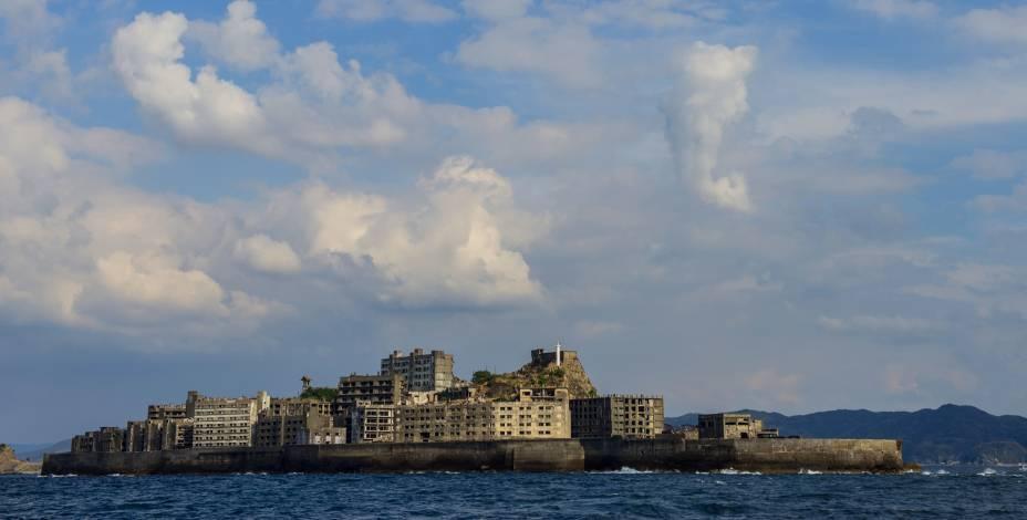 """<strong>Ilha de Hashima, Nagasaki, <a href=""""http://viajeaqui.abril.com.br/paises/japao"""" rel=""""Japão"""" target=""""_blank"""">Japão</a></strong>A história da ilha é marcada por episódios de ascenção e decadência muito intensos. Descoberta em 1887, quando mineradores passaram a viver na região e a trabalhar na indústria, a ilha foi posteriormente descoberta pela empresa Mitsubishi, que construiu edifícios e impulsionou o crescimento da população. Durante a Segunda Guerra Mundial, a ilha passou a ser palco de trabalhos forçados. Pra piorar, a indústria do carvão, impulsionadora da economia local, começou a perder espaço no mercado mundial. Em 1974, ela foi completamente evacuada pelo governo e permaneceu fechada por 35 anos. Em 2009, o acesso à ilha foi reestabelecido e ela chegou a ser cenário do filme <em>007 – Operação Skyfall</em>. Dois anos depois ela foi declarada pela Unesco como Patrimônio Mundial"""