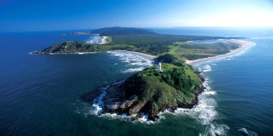 """Esqueça os carros: para acessar a beleza da pequena <a href=""""http://viajeaqui.abril.com.br/cidades/br-pr-ilha-do-mel"""" rel=""""Ilha do Mel"""" target=""""_self""""><strong>Ilha do Mel</strong></a> (PR) é necessário percorrer trilhas de areia. O cenário deslumbrante faz a viagem valer a pena, além de agradar tanto a turistas aventureiros como famílias com crianças"""