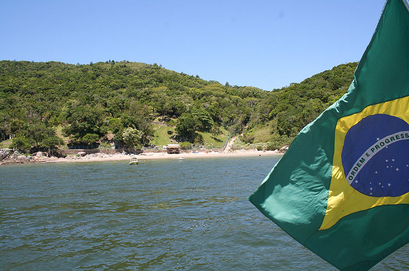 """<strong>11. Ilha de Porto Belo</strong>Além de fazer nada na areia você pode visitar o museu que conta a história da ilha, mergulhar com snorkel e caminhar por uma trilha ecológica, que passa por inscrições rupestres e um mirante. A visitação à ilha é liberada das 7h às 18h30 – entre abril e setembro não há visitas.<a href=""""https://www.booking.com/searchresults.pt-br.html?aid=332455&lang=pt-br&sid=eedbe6de09e709d664615ac6f1b39a5d&sb=1&src=searchresults&src_elem=sb&error_url=https%3A%2F%2Fwww.booking.com%2Fsearchresults.pt-br.html%3Faid%3D332455%3Bsid%3Deedbe6de09e709d664615ac6f1b39a5d%3Bclass_interval%3D1%3Bdest_id%3D-663540%3Bdest_type%3Dcity%3Bgroup_adults%3D2%3Bgroup_children%3D0%3Blabel_click%3Dundef%3Bno_rooms%3D1%3Boffset%3D0%3Braw_dest_type%3Dcity%3Broom1%3DA%252CA%3Bsb_price_type%3Dtotal%3Bsrc%3Dindex%3Bsrc_elem%3Dsb%3Bss%3DPorto%2520Belo%3Bss_raw%3DIlha%2520de%2520Porto%2520Belo%3Bssb%3Dempty%26%3B&ss=Porto+Belo%2C+Santa+Catarina%2C+Brasil&ssne=Porto+Belo&ssne_untouched=Porto+Belo&city=-663540&checkin_monthday=&checkin_month=&checkin_year=&checkout_monthday=&checkout_month=&checkout_year=&no_rooms=1&group_adults=2&group_children=0&highlighted_hotels=&from_sf=1&ss_raw=Porto+Belo%2C+s&ac_position=0&ac_langcode=xb&dest_id=-663540&dest_type=city&search_pageview_id=83d66fa094c801eb&search_selected=true&search_pageview_id=83d66fa094c801eb&ac_suggestion_list_length=5&ac_suggestion_theme_list_length=0"""" target=""""_blank"""" rel=""""noopener""""><em>Busque hospedagens em Porto Belo no Booking.com</em></a>"""