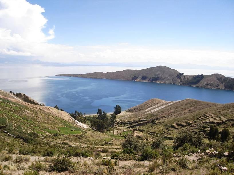 """<strong>Qollasuyo – <a href=""""http://viajeaqui.abril.com.br/paises/bolivia"""" rel=""""Bolívia"""" target=""""_blank"""">Bolívia</a> e Peru</strong>Seu nome se deve aos povos collas, de língua aymara, que ocupavam a região antes dos Incas. Após a vitória incaica, o Qollasuyo se transformou em uma subdivisão do Império andino. A região de povoamentos agrupados ao redor do Lago Titicaca é uma das que preservam as tradições e ruínas dessa época. A trilha """"Desaguadero – Viacha"""" rodeia o lago e atravessa espaços rituais importantes até hoje entre os povos aymaras que hoje habitam o Titicaca"""