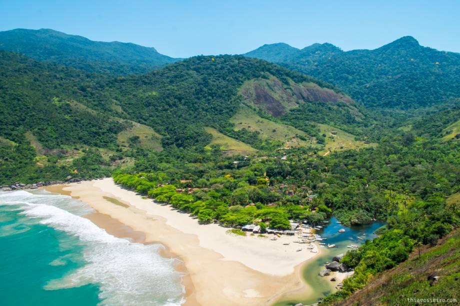 """<strong>Ilhabela (SP)</strong><a href=""""http://viajeaqui.abril.com.br/cidades/br-sp-ilhabela""""><strong> </strong></a> Com 83% de área preservada por um parque estadual com 365 cachoeiras e 130km de costa, Ilhabela é considerada a ilha mais bonita do estado de São Paulo – e é difícil discordar. O <a href=""""https://www.booking.com/hotel/br/dpny-beach.pt-br.html?aid=332455;sid=605c56653290b80351df808102ac423d;dest_id=-646567;dest_type=city;dist=0;group_adults=2;hapos=1;hpos=1;room1=A%2CA;sb_price_type=total;srepoch=1533149557;srfid=4c92de6f9d0a4eed2eb44752fbdddd38d39ff76bX1;srpvid=d5b284ba91e703b6;type=total;ucfs=1&#hotelTmpl"""" target=""""_blank"""" rel=""""noopener"""">DPNY Beach</a>, na praia do Curral, oferece quartos luxuosos com cama king size, dossel, máquina de café e algumas suítes com jacuzzi. Vai ser difícil sair para o mundo exterior. O hotel tem ainda spa, estrutura de praia, parque particular e está a poucos metros do mar. Para quem quer desligar-se totalmente do mundo exterior, a Praia do Bonete é uma das mais bonitas e mais """"selvagens"""". Ela tem 800m de orla, ondas boas para surfe, energia só por geradores apenas durante algumas horas do dia e só é acessível de barco ou à pé, por uma trilha que dura cerca de 4 horas. <a href=""""https://www.booking.com/searchresults.pt-br.html?aid=332455&sid=605c56653290b80351df808102ac423d&sb=1&src=index&src_elem=sb&error_url=https%3A%2F%2Fwww.booking.com%2Findex.pt-br.html%3Faid%3D332455%3Bsid%3D605c56653290b80351df808102ac423d%3Bsb_price_type%3Dtotal%26%3B&ss=Ilhabela%2C+Estado+de+S%C3%A3o+Paulo%2C+Brasil&checkin_monthday=&checkin_month=&checkin_year=&checkout_monthday=&checkout_month=&checkout_year=&no_rooms=1&group_adults=2&group_children=0&b_h4u_keep_filters=&from_sf=1&ss_raw=Ilhabela&ac_position=0&ac_langcode=xb&dest_id=-646567&dest_type=city&place_id_lat=-23.7833&place_id_lon=-45.349998&search_pageview_id=525f84ca7f3a006d&search_selected=true&search_pageview_id=525f84ca7f3a006d&ac_suggestion_list_length=5&ac_suggestion_theme_list_le"""