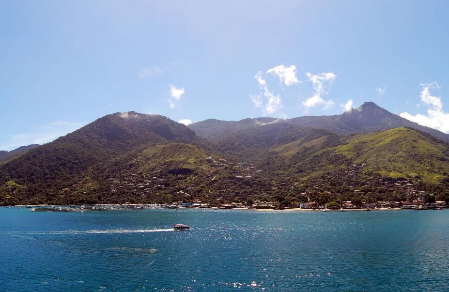 Marcado porhistórias e lendas de piratas, o mar quecerca o arquipélago é pontilhado pornaufrágios, boa parte disponível paramergulhos