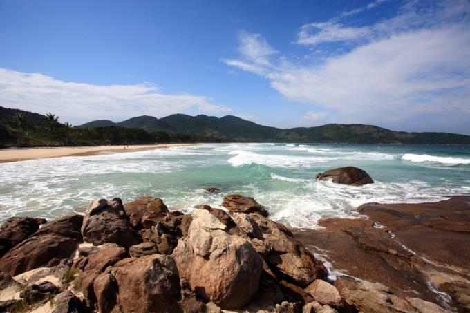 Considerada uma das praias mais bonitas do Brasil, a Lopes Mendes tem areia fina e clara e conta com sombras de amendoeiras