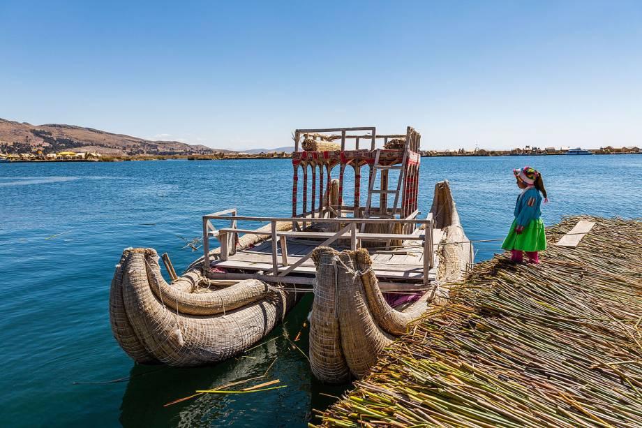Construídas com totora, uma planta aquática endêmica do Lago Titicaca - o maior lago situado em região de grande altitude do mundo - as ilhas flutuantes de Los Uros são tão antigas quanto o povo que as habitam: os uros vivem na região desde antes da invasão espanhola, há 500 anos. Ali, as pessoas têm um código social próprio e hábitos diferentes dos indígenas que vivem no continente. Para cozinhar, por exemplo, os uros devem fazer fogo do lado de fora de suas casas, já que a totora pode se incendiarfacilmente