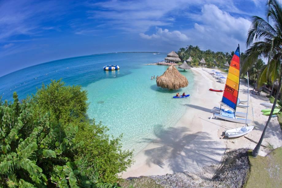 As Ilhas de Rosário reúnem ilhotas de areia branca e mar azul-caribe