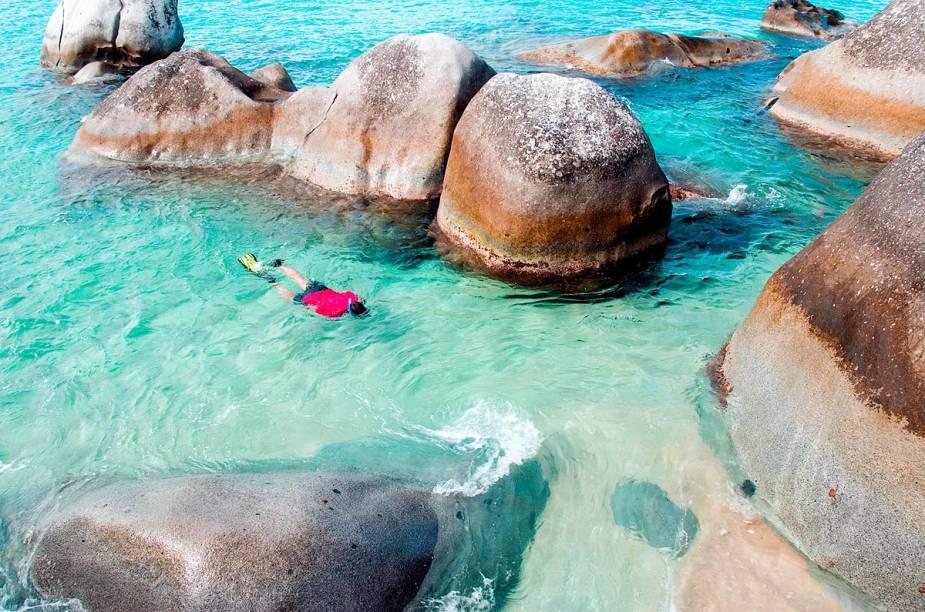 """<strong><a href=""""http://viajeaqui.abril.com.br/paises/ilhas-virgens-britanicas"""" rel=""""Ilhas Virgens Britânicas"""" target=""""_blank"""">Ilhas Virgens Britânicas</a></strong>    A prática da vela é um dos elementos mais marcantes do arquipélago, assim como as destilarias de rum, a bebida favoritas dos piratas que muito visitaram essa região em séculos passados. Nadar com golfinhos e praticar snorkel são outras atividades que fascinam os forasteiros que vêm até as Ilhas Virgens Britânicas."""
