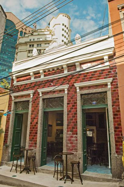 """<strong>PARA CURTIR O CENTRO E ARREDORES</strong> <strong><a href=""""http://barimaculada.com.br/"""" target=""""_blank"""" rel=""""noopener"""">Imaculada Bar & Restaurante</a> </strong>A revitalização da zona portuária tem incentivado a redescoberta de refúgios esquecidos na região central do <a href=""""http://viajeaqui.abril.com.br/cidades/br-rj-rio-de-janeiro"""" target=""""_blank"""" rel=""""noopener"""">Rio</a> e a inauguração de novos estabelecimentos. É o caso deste híbrido de bar, restaurante e galeria de arte, aberto em 2010 e encravado na subida do Morro da Conceição (um pedaço da cidade que preserva casario colonial e fica a poucos metros da Praça Mauá, endereço do <a href=""""http://viajeaqui.abril.com.br/estabelecimentos/br-rj-rio-de-janeiro-atracao-museu-de-arte-do-rio-mar"""" target=""""_blank"""" rel=""""noopener"""">Museu de Arte do Rio</a> e do <a href=""""https://www.museudoamanha.org.br/"""" target=""""_blank"""" rel=""""noopener"""">Museu do Amanhã</a>). Cervejas acompanham petiscos como o trio de miúdos que leva moela, fígado e coração de frango. A programação inclui rodas de samba esporádicas e exposições bimestrais <em>Ld. João Homem, 7 (Saúde), (21) 2253-3999</em>"""