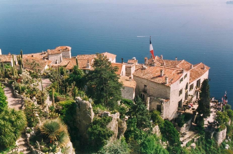Vida boníssima em Èze, vilarejo medieval com ruelas cheias de cafés e lojinhas. E com essa paisagem aí