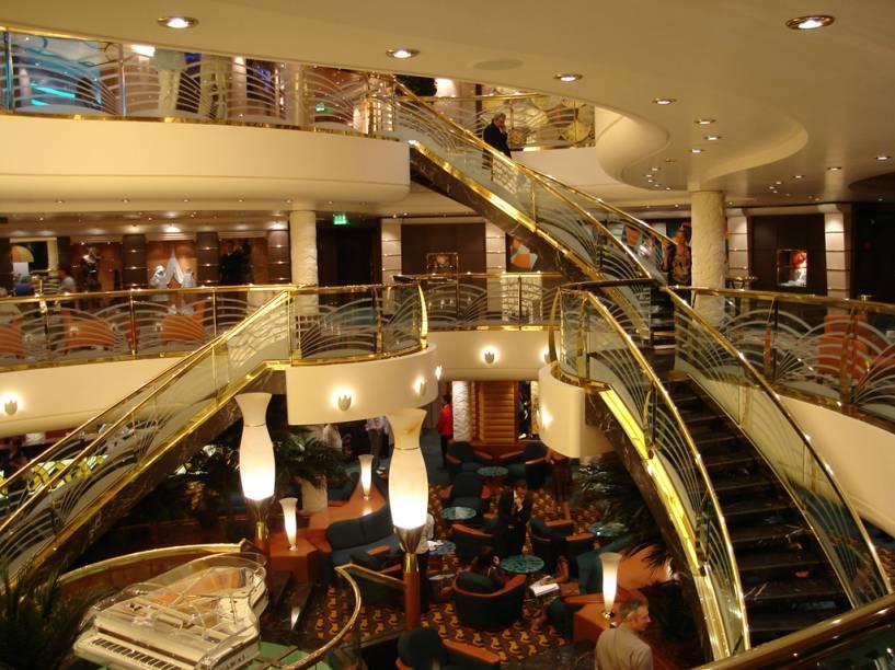 Interior do navio tem escadarias e iluminação indireta