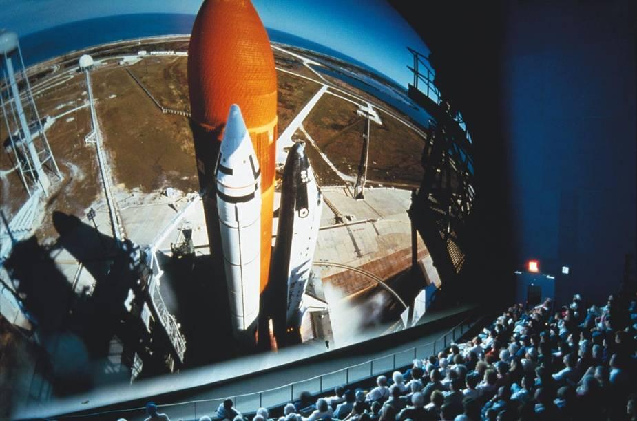 O cinema IMAX 3D exibe filmes com imagens impressionantes dos projetos espaciais da Nasa e de cenas do espaço, com narrações de atores famosos, como Leonardo DiCaprio e Jennifer Lawrence