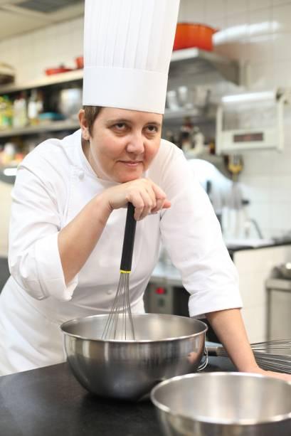 A cozinha da chef Roberta Sudbrack é quase uma extensão da sua casa: ela comanda as panelas e todo o funcionamento do restaurante de pertinho