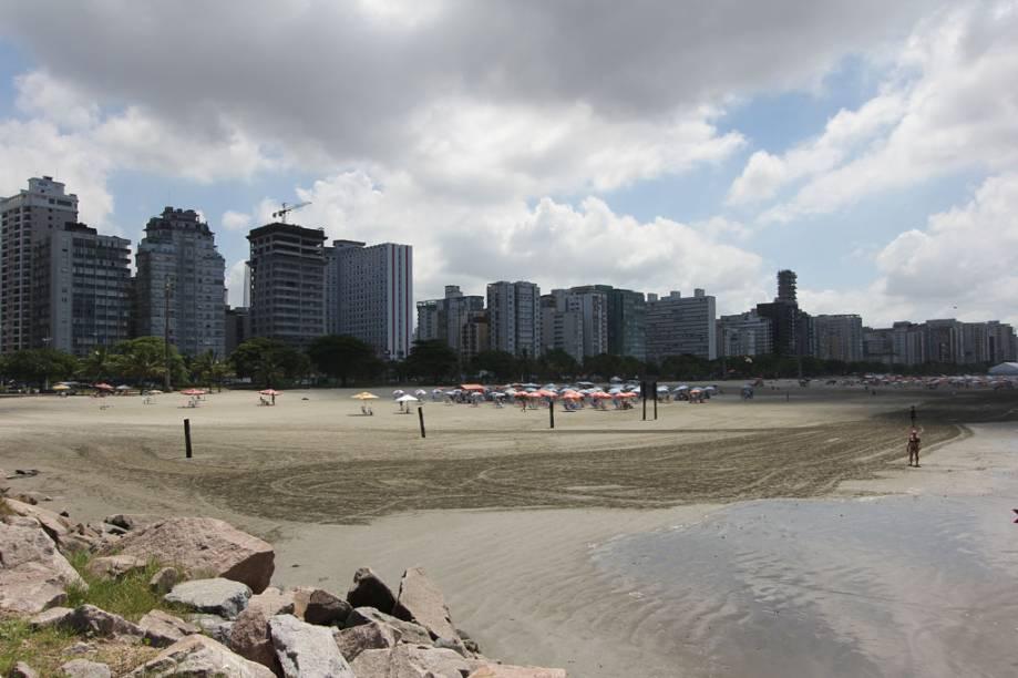 Próximo à praia, os prédios dominam a vista dos turistas e locais