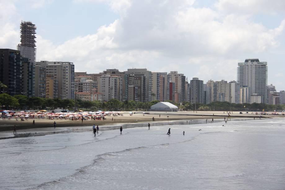 Banhistas na praia José Menino, em Santos
