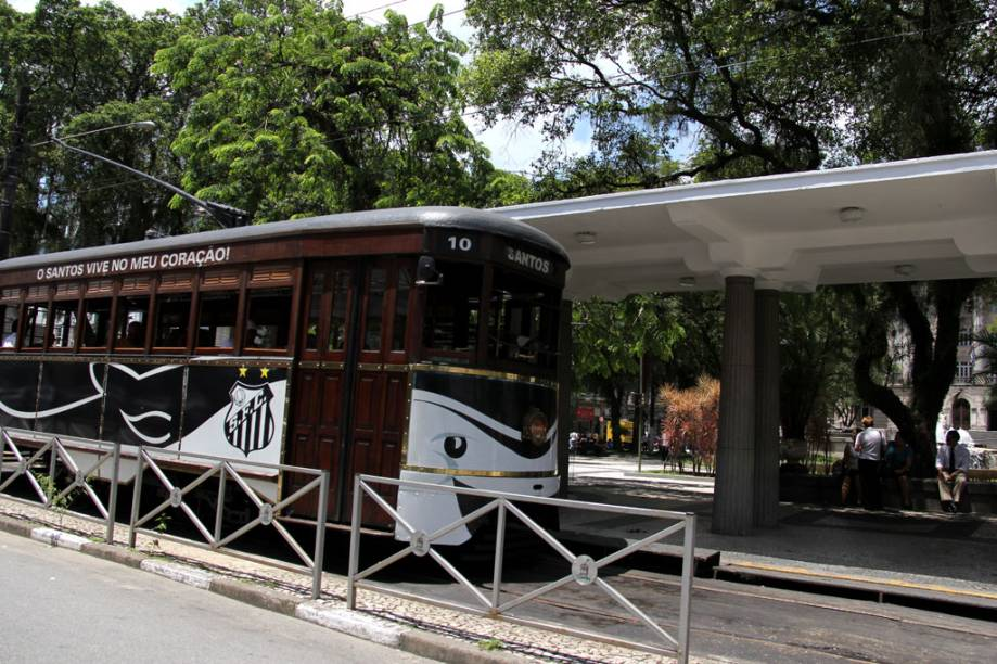 Os tradicionais bondinhos de Santos agora também são personalizados com a decoração do clube da cidade