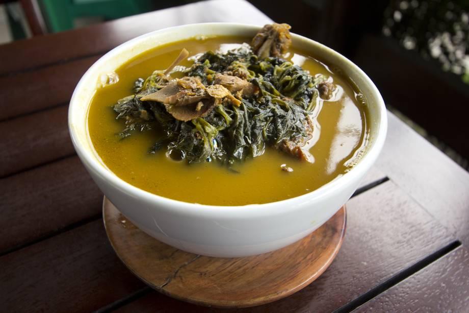 """A receita é semelhante a do tacacá: o pato é cozido no amarelado caldo de <a href=""""http://viajeaqui.abril.com.br/materias/ingredientes-da-culinaria-da-amazonia?foto=9#9"""" rel=""""tucupi"""" target=""""_blank"""">tucupi</a> (feito com mandioca brava). O <a href=""""http://viajeaqui.abril.com.br/materias/ingredientes-da-culinaria-da-amazonia?foto=2#2"""" rel=""""jambu"""" target=""""_blank"""">jambu</a>, que amortece levemente a boca, é a planta mergulhada no caldo. Geralmente, o pato no tucupi é acompanhado por arroz e farinha de mandioca."""