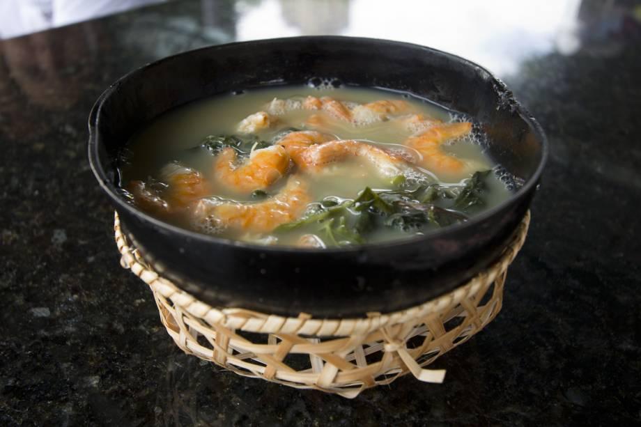 """Esta sopa tem um caldo feito com <a href=""""http://viajeaqui.abril.com.br/materias/ingredientes-da-culinaria-da-amazonia?foto=9#9"""" rel=""""tucupi"""" target=""""_blank"""">tucupi</a> (molho feito de mandioca brava) e goma (farinha de tapioca), para quebrar a acidez. As folhas de <a href=""""http://viajeaqui.abril.com.br/materias/ingredientes-da-culinaria-da-amazonia?foto=2#2"""" rel=""""jambu"""" target=""""_blank"""">jambu</a> dão um toque especial, pois anestesia levemente a boca. Para completar a receita, não podem faltar os camarões salgados. O<strong> tacacá </strong>mais famoso, <a href=""""http://viajeaqui.abril.com.br/estabelecimentos/br-am-manaus-restaurante-tacaca-da-gisela"""" rel=""""da Gisela"""" target=""""_blank"""">da Gisela</a>, é vendido em uma barraca na frente do Teatro Amazonas, no Centro de Manaus."""