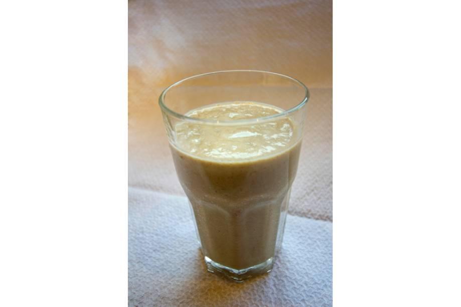 """Com propriedades estimulantes, o pó proveniente do <a href=""""http://viajeaqui.abril.com.br/materias/ingredientes-da-culinaria-da-amazonia?foto=7#7"""" rel=""""guaraná"""" target=""""_blank""""><strong>guaraná</strong></a>, a lendária fruta amazônica, é adicionado a sucos e a vitaminas. Em lojas especializadas, a versão mais básica de guaraná leva mel e limão. É uma boa pedida para quem quer ganhar energia e aplacar o calor impiedoso da região. Mas há receitas mais potentes que levam ingredientes como açaí, abacate, amendoim e castanha. O xarope de guaraná é utilizado para adoçar a bebida."""