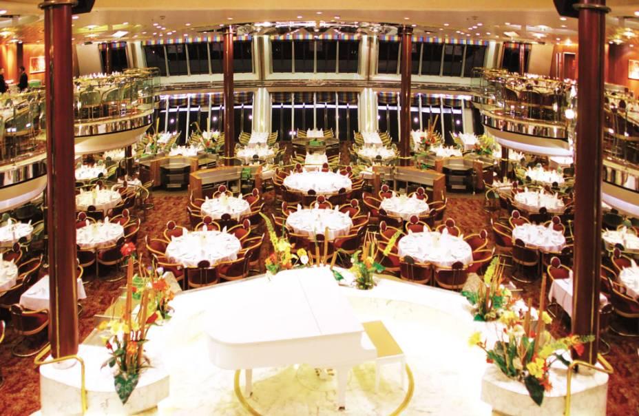 Os hóspedes podem jantar ao som de piano dentro do navio