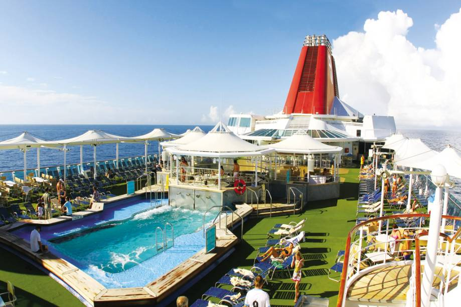 Na piscina externa os hóspedes podem se refrescar e tomar sol