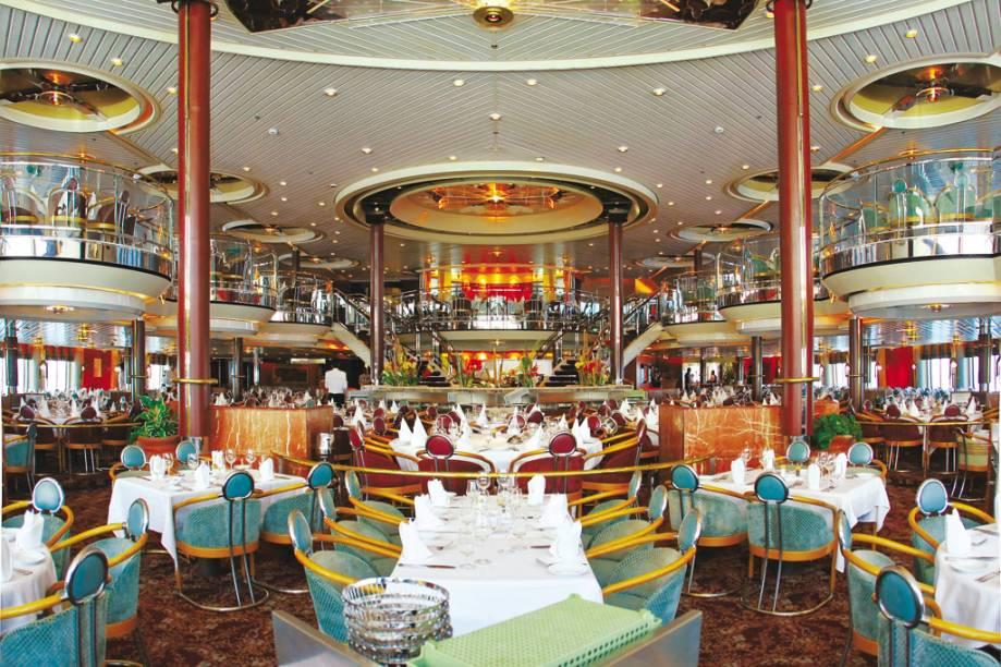 o restaurante é amplo e tem vista para o mar