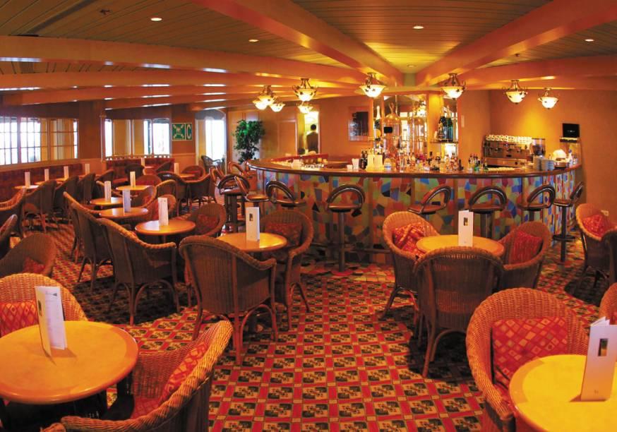 Interior do navio tem dois restaurantes e seis bares<br />