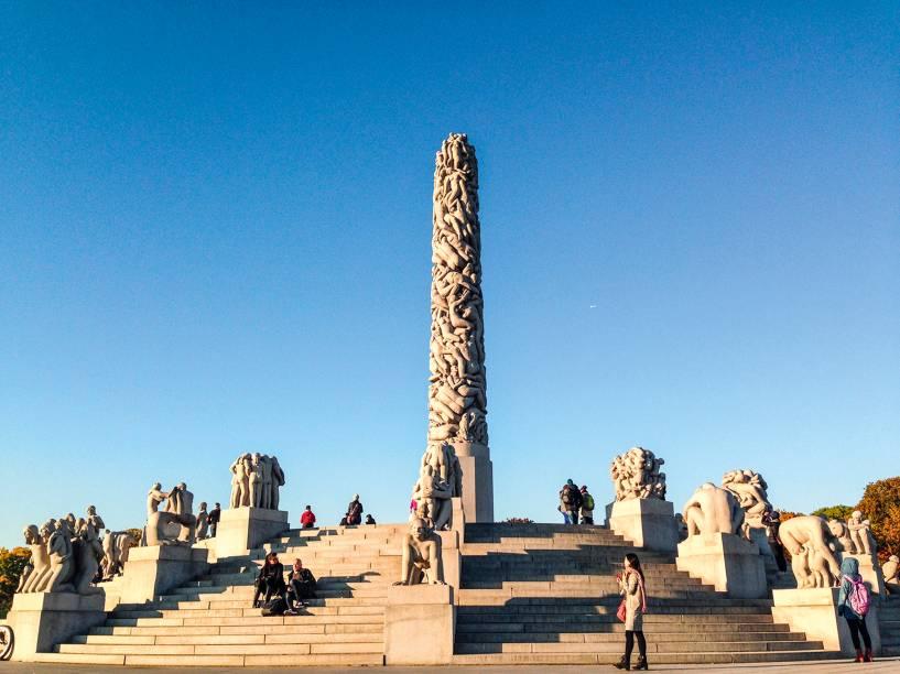 """<a href=""""http://www.vigeland.museum.no/en/vigeland-park"""" rel=""""Vigeland Park"""" target=""""_blank""""><strong>Vigeland Park</strong></a>O maior parque de esculturas de um único artista no mundo – o norueguês Gustav Vigeland – é um arraso de gramados simétricos, árvores coloridas pela <em>foliage</em> de outono e, claro, 212 obras com figuras humanas de granito e bronze, que primam pelas eloquentes expressões corporais. Não por acaso, o local é um dos mais visitados de toda a Noruega. Anexo fica o Museu Vigeland, depositário de quase toda a produção do escultor e dos modelos de gesso que ele criou para o parque. <em>(entrada grátis no parque, NOK 60 o museu, cerca de US$ 7)</em>"""