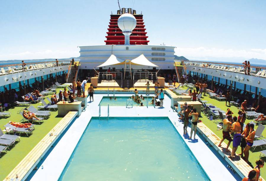 Piscina do navio tem deck para banhos de sol