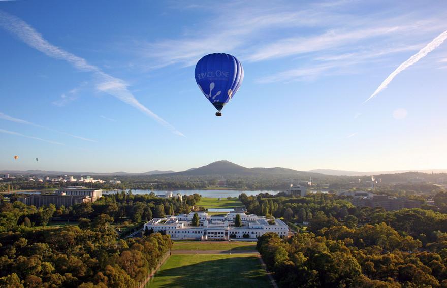 Balão sobrevoando a capital Canberra